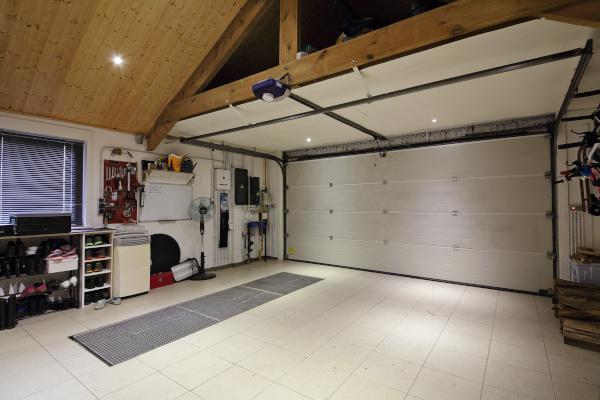 intérieur garage maison deux voitures